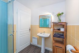 Le Gargantua   Grangousier Bedroom   Bathroom